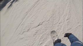 O snowboarder do homem novo desliza para baixo a inclinação da floresta da neve filme
