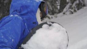 O snowboarder escala acima em backcountry filme