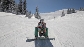 O Snowboarder executa truques vídeos de arquivo