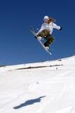 O snowboarder fêmea salta a sombra Fotos de Stock Royalty Free