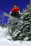 O Snowboarder faz um salto fotos de stock royalty free