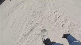 O snowboarder masculino desliza para baixo a inclinação em uma estância de esqui Ideias da placa video estoque