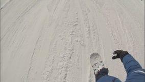 O snowboarder masculino novo desce uma inclinação da neve vídeos de arquivo