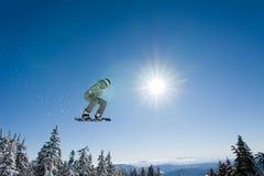 O Snowboarder masculino trava o ar grande. Fotos de Stock