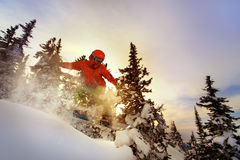 O Snowboarder que faz um lado do dedo do pé cinzela Foto de Stock Royalty Free