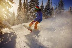 O Snowboarder que faz um lado do dedo do pé cinzela Imagens de Stock Royalty Free