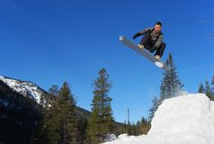 O Snowboarder que salta altamente Imagens de Stock Royalty Free