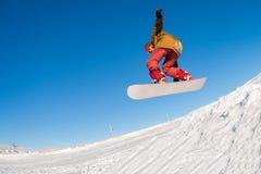 O Snowboarder que salta de encontro ao céu azul fotos de stock royalty free