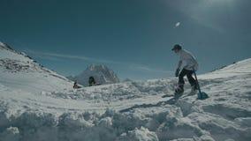 O Snowboarder que salta nas montanhas filme