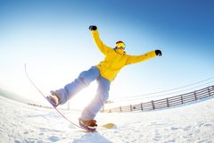 O Snowboarder que tem o divertimento salta a estância de esqui Imagens de Stock