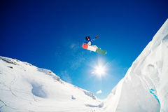 O Snowboarder salta Foto de Stock