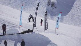 O Snowboarder salta do trampolim na estância de esqui Dia ensolarado Montanhas audiências filme