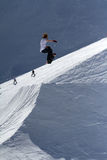 O Snowboarder salta no parque da neve, estância de esqui Imagem de Stock Royalty Free