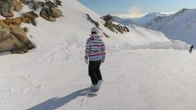 O Snowboarder segue o tiro video estoque