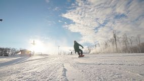 O snowboarder sem medo está montando rapidamente video estoque