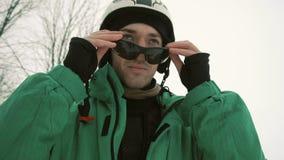 O Snowboarder veste óculos de sol pretos filme