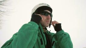O Snowboarder veste óculos de sol pretos vídeos de arquivo