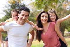 O sobreposto às crianças nos pais suporta Foto de Stock
