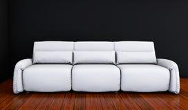 O sofá branco em uma sala preta 3d rende Imagens de Stock