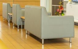 O sofá de couro cinzento da cadeira imagens de stock