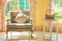 O sofá e a mesa da mobília decoram na sala de estar da entrada do hotel imagens de stock royalty free