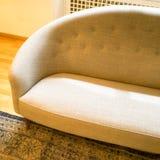O sofá elegante em uma sala encheu-se com a luz do dia Imagens de Stock