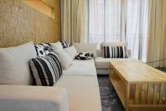 O sofá em uma sala de visitas moderna Fotografia de Stock