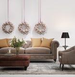 O sofá marrom chique elegante com sinos de Natal envolve-se Imagem de Stock Royalty Free