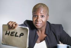 O sofrimento afro-americano preto triste e deprimido da mulher forçado no escritório que trabalha com sentimento do laptop oprimi foto de stock royalty free