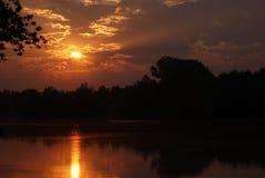 O sol acima da lagoa Foto de Stock