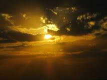O sol ajusta-se é um do poder o mais bonito do deus fotografia de stock