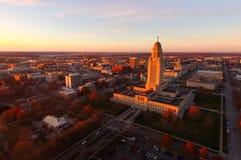 O sol ajusta-se sobre a construção do capital de estado em Lincoln Nebraska Foto de Stock Royalty Free