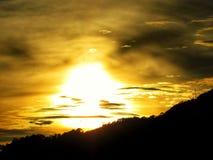 O sol amaizing ajustado no cafetero do eje foto de stock royalty free