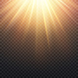 O sol amarelo transparente realístico irradia, efeito alaranjado morno do alargamento isolado no fundo quadriculado ilustração royalty free