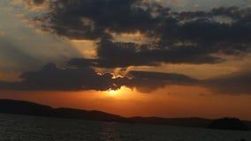 o sol aparece das nuvens no por do sol fantástico filme