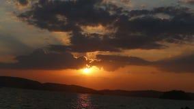 o sol aparece das nuvens no por do sol fantástico video estoque