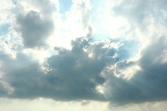 O sol atrás do céu azul bonito do fundo das nuvens com nuvens brancas Imagem de Stock Royalty Free