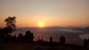 O sol aumenta no monte fotos de stock