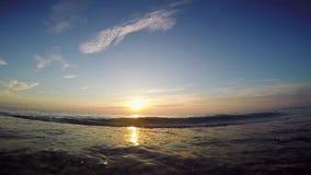 O sol aumenta sobre o mar video estoque