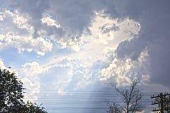 O sol brilha através das nuvens imagens de stock
