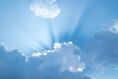 O sol brilha em uma nuvem imagens de stock