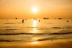 O sol cai no mar foto de stock