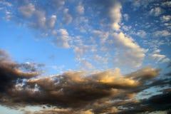 O sol colorido maravilhoso coloriu o céu parcialmente nebuloso para usar-se no projeto como o fundo fotos de stock