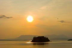 O sol da meia-noite em Alaska fotos de stock royalty free