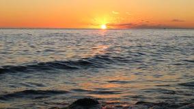 O sol de ajuste pendura sobre as águas vídeos de arquivo