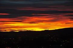O sol de ajuste sobre a cidade de Oslo imagens de stock