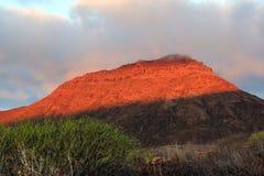 O sol de aumentação ilumina a montanha Fotografia de Stock Royalty Free