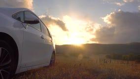 O sol de aumentação reflete no lado do veículo estacionado em um parque nacional Curso de carro video estoque