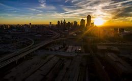 O sol de Dallas Texas Skyline Downtown Cityscape Sunrise irradia sobre a cidade maciça urbana de Prawl imagens de stock