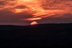 O sol desaparece atrás das montanhas Imagem de Stock
